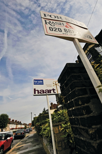 Lender reports fall in house prices